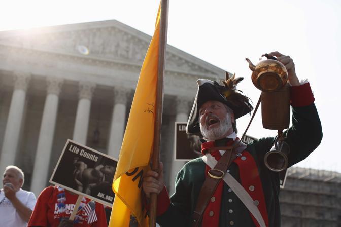 Presente anche l'opposizione. William Temple, sostenitore del Tea Party, in costume tradizionale. Il Tea Party ritiene incostituzionale l'Obamacare (Reuters)