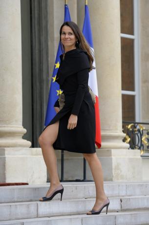 Aurelie Filippetti, ministro della Cultura francese, affronta con uno spacco le scale dell'Eliseo (Reuters)