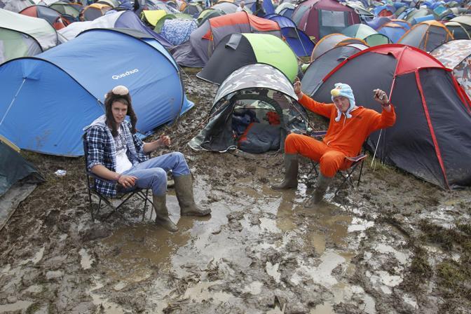 L'Isola di Wight sotto le piogge torrenziali è stata investita da un'ondata di fango. Sull'Isola sono attesi Bruce Springsteen, Tom Petty e i Pearl Jam per il famoso festival musicali. Numerosi i disagi per i viaggiatori arrivati sull'isola proprio per partecipare all'evento (LaPresse)