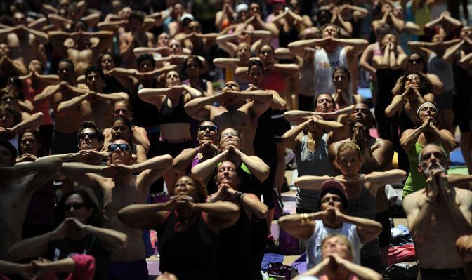 L'ideatore Tim Tompkins. «Se potete rimanere calmi e concentrati mentre fate yoga nel mezzo di Times Square, allora potete farlo ovunque»  (Epa)