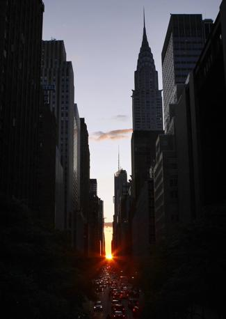 A New York lo chiamano Manhattanhenge, quando il sole si allinea perfettamente alle vie di Manhattan, creando uno spettacolare effetto scenografico (Reuters)