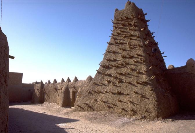 I mausolei simbolo di Timbuctù. L'Unesco ha deciso di metterli sotto tutela. Le milizie talebane parlano di ngerenza e per questo hanno deciso di distruggere gli antichi manufatti (Ansa)