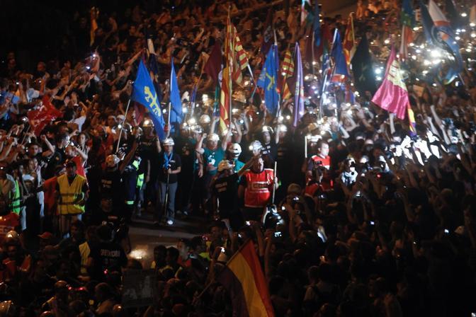 Prosegue anche di notte la marcia dei minatori spagnoli (Corbis)