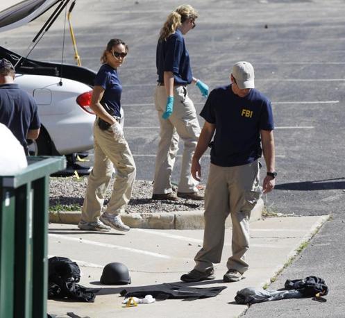 I rilievi della polizia nel parcheggio. A terra gli indumenti del killer (Ap/Zalubowski)