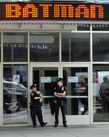 La polizia presidia l'entrata di un cinema di New York dove sono state aumentate le misure di sicurezza dopo la strage di Denver (Epa/Lane)
