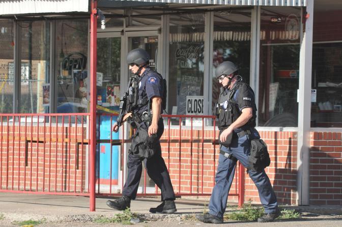 Poliziotti della Swat, l squadre speciali anticrimine, accanto alla casa di James Holmes, il killer del cinema di Denver. La casa era piena di trappole esplosive e incendiarie (Afp)
