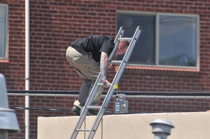 Un tecnico della polizia utilizza un robot telecomandato nell'appartamento di Holmes (Afp)