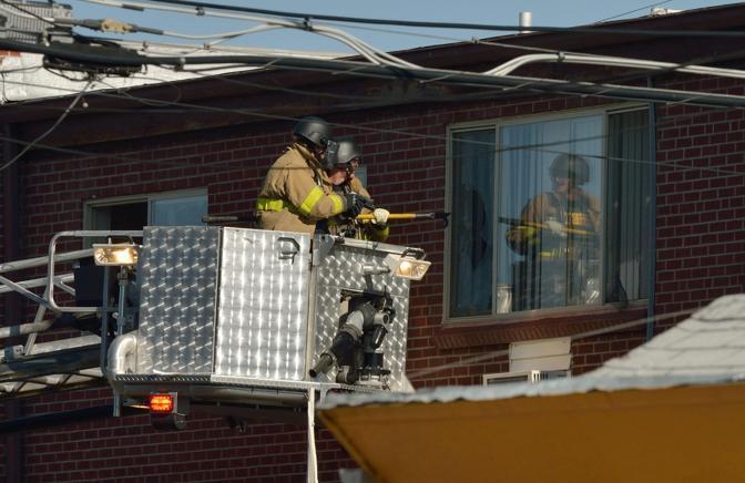 La polizia utilizza un arpione per penetrare nell'appartamento (Epa)
