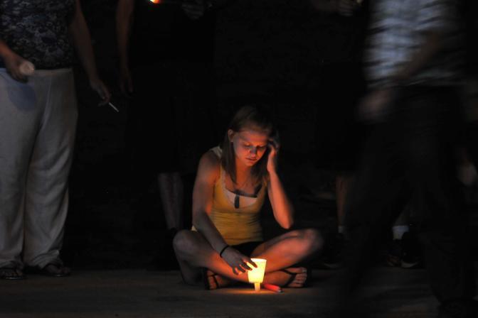 La veglia per le 12 vittime della strage al cinema Aurora (Afp/Cooper)