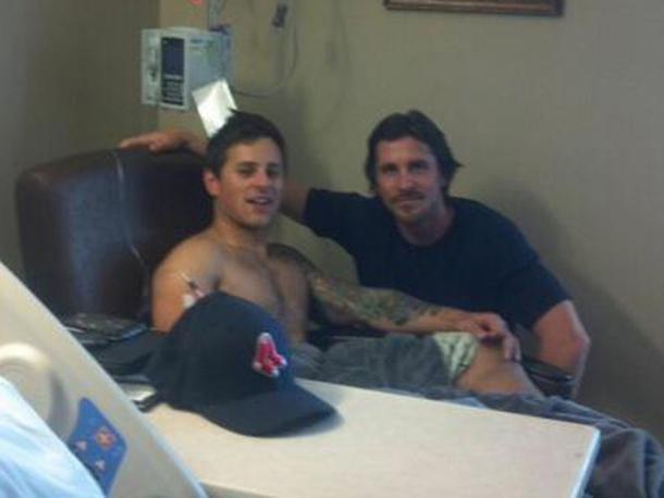 L'interprete di Batman Christian Bale si è recato ad Aurora per visitare i feriti della strage al cinema , qui è con Carey Rottman in ospedale (Twitter)