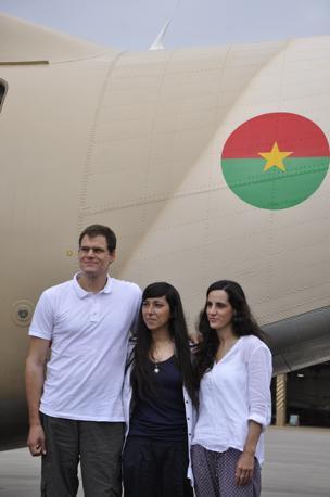 Rossella Urru con i due cooperanti spagnoli Enric Gonyalons e Ainhoa Fernandez Rincon in Burkina Faso. Queste sono le prime immagini subito dopo la liberazione (Afp)
