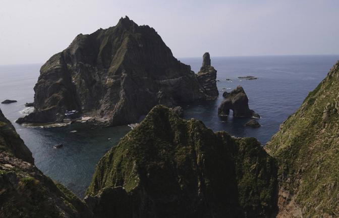 La prima visita di un presidente sudcoreano alle isole Takeshima-Dokdo riaccende la contesa tra Giappone e Corea del Sud  (Reuters)