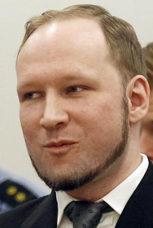 Breivik sorride durante la lettura della sentenza: voleva essere giudicato sano di mente (Reuters)