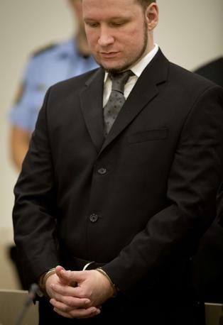 Breivik entra con le manette ai polsi (Afp)