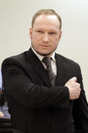 Appena ha avuto le mani libere, Breivik ha rifatto il gesto che aveva già fatto in tribunale (Ap)