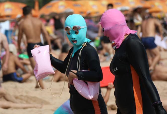 È già stato ribattezzato «face-kini» l'ultima mania delle spiagge cinesi (Afp)