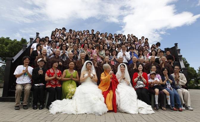 La foto ricordo con tutti gli invitati al matrimonio (Reuters/Chuang)