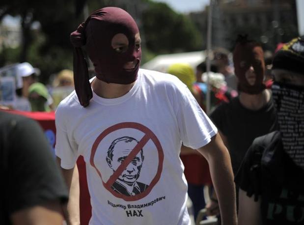 Un supporter delle Pussy Riot indossa una maglietta ispirata al gruppo punk (Afp/Lago)