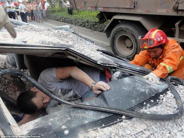 I vigili del fuoco estraggono l'uomo dall'automobile incredibilmente vivo (China News)