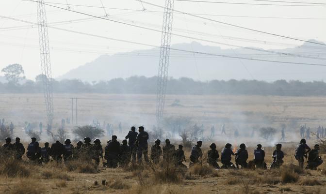 La polizia apre il fuoco sui circa 2500 minatori di Marikana in sciopero da una settimana (Reuters)