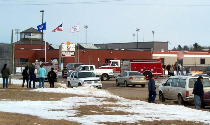 21 marzo 2005 - Minnesota: un ragazzo di 17 anni Jeff Weise che si definiva un neonazista, ha aperto il fuoco alla Red Lake High school: 10 le vittime 14 i feriti (Ansa/Barrett)