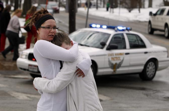 27 febbraio 2012 - Ohio: Nell'affollatissima caffetteria della Chardon High School vicino a Cleveland un ragazzo spara cinque colpi: il bilancio è di tre morti (Ansa/Corbis)
