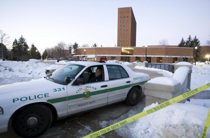 15 febbraio 2008 - Illinoys: Un uomo armato ha ucciso 17 persone in una aula del Cole Hall prima di uccidersi. (Ansa)