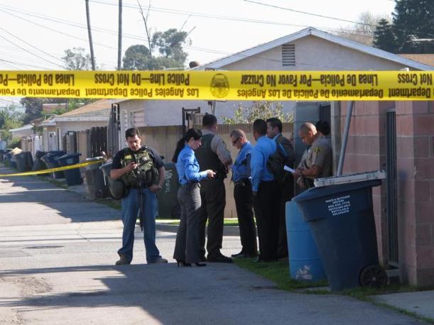 18 gennaio 2011 - California: tre studenti sono stati feriti alla Gardena High School da un giovane con una pistola nella zainetto. I colpi sarebbero partiti accidentalmente (Ansa/Nelson)