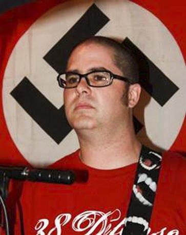 5 agosto 2012 - Wisconsin: un ex militare specialista di guerra psicologica musicista di una rock band di skinhead razzisti e xenofobi, Wade Michael Page, ha fatto irruzione nel tempio sikh di Oak Creek in Wisconsin uccidendo 6 persone e ferendone altre tre prima di togliersi la vita. (Ansa)