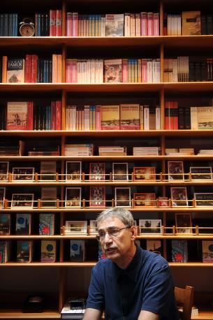 Lo scrittore Orhan Pamuk intervistato all'interno del museo ideato ed allestito da lui (Corbis)