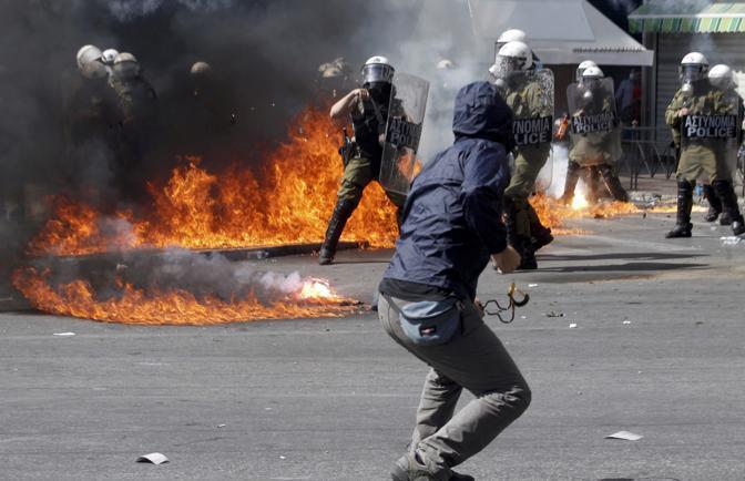 Violenti scontri mercoledì mattina ad Atene durante la manifestazione per lo sciopero generale contro le misure anti crisi (Reuters/Karahalis)