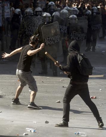 Cinquantamila persone manifestavano contro i nuovi tagli voluti dal governo di Antonis Samaras:?11.5 miliardi di euro in cambio dei prestiti dall'estero (Reuters/Karahalis)