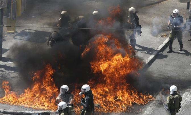 Diversi gli incendi vicino a piazza Syntagma ad Atene (Ap/D. Messinis)