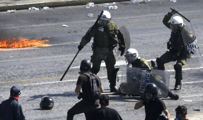 L'arresto di uno dei manifestanti di Atene (Ap/D. Messinis)