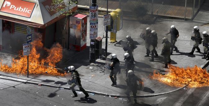 Alcuni negozi hanno rischiato di rimanere incendiati nei disordini?(Ap/D. Messinis)