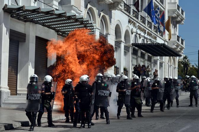 Gli scontri sono proseguiti anche nelle vie intorno al Parlamento di Atene, soprattutto davanti ai grandi hotel internazionali (Afp/A. Messinis)