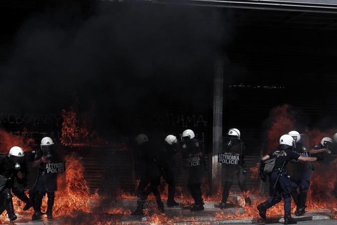 La maggioranza dei manifestanti, lavoratori del settore pubblico e privato, ha tentato la fuga allontanandosi dai roghi (Epa/Konstantinidis)