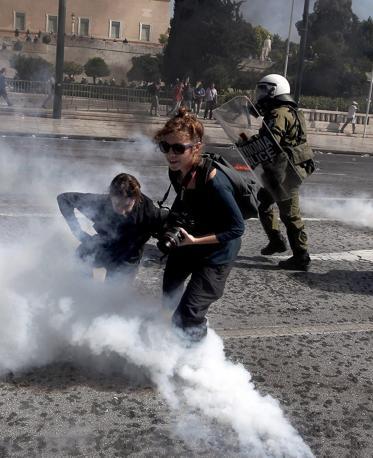 In difficoltà anche fotografi e giornalisti testimoni della manifestazione di Atene (Epa/Konstantinidis)