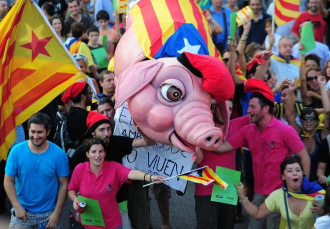 Decine di migliaia di persone sono scese in strada a Barcellona per chiedere l'indipendenza della Catalogna e protestare contro le tasse considerate troppo alte (Afp)