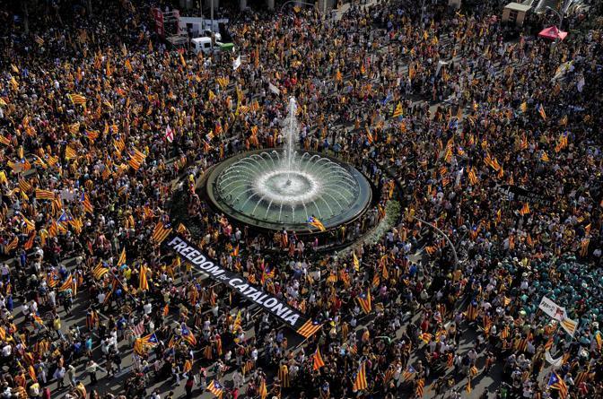 Organizzata in occasione della festa nazionale catalana, la marcia ha registrato il più alto numero di partecipanti degli ultimi anni (Afp)