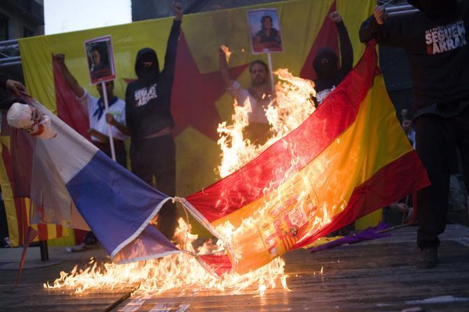 Bruciate in piazza la bandiera francese e quella spagnola (Ap)