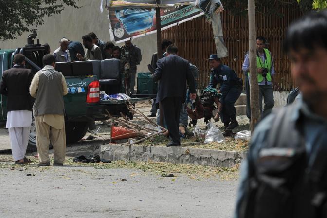 Poliziotti afghani sul luogo dell'attentato a Kabul (Afp)