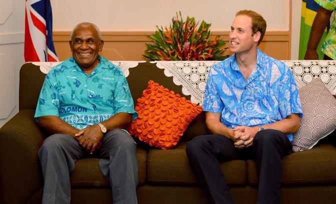 Wiliam con Frank Kabui Honiara, governatore generale e rappresentante della Regina nell'arcipelago. Secondo il cerimoniale, la coppia reale assiste a danze di guerrieri, competizioni sportive e uscite in mare,  indossando i