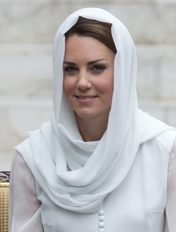 Kate e William hanno appreso delle foto pubblicate dal magazine francese nel corso di una colazione a Kuala Lumpur, dove si trovano per un giro di nove giorni compiuto nel quadro della celebrazioni per il Diamond Jubilee della regina (Ap/Baker)
