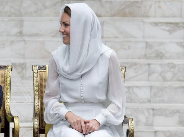 Kate, con il velo, si apprestava a visitare la moschea di Kuala Lumpur insieme a William (Ap/Baker)