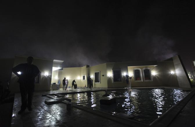 I danni al consolato dopo l'incendio (Reuters/Al-Fetori)
