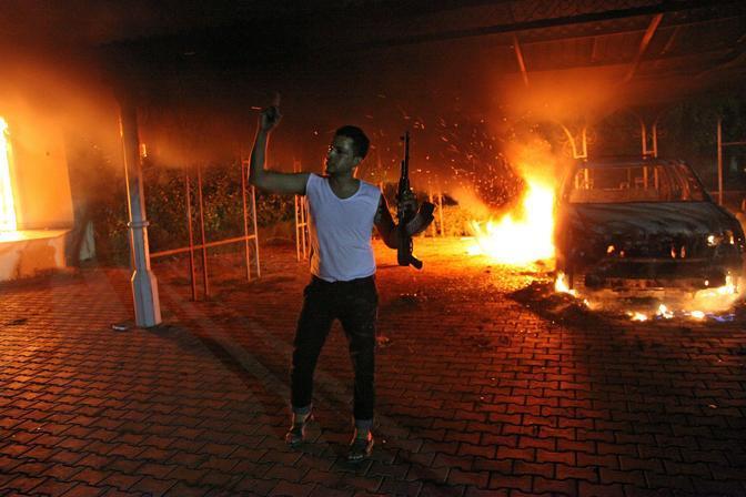 L'esultanza di uno degli assalitori al consolato di Bengasi (Afp)