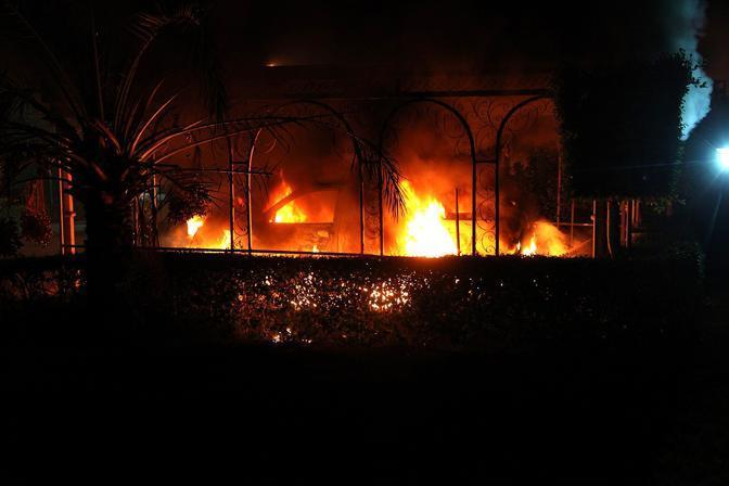 Forti proteste antiamericane in Libia: a Bengasi i manifestanti, schierati contro un film blasfemo e offensivo nei confronti dell'Islam, hanno assaltato il consolato dando fuoco a un auto e lanciando alcuni razzi. L'ambasciatore Chris Stevens e altri tre funzionari americani sono morti negli incidenti (Afp)