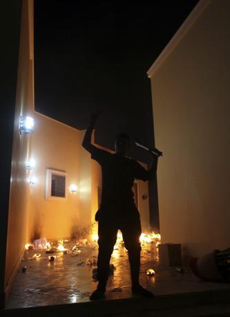 Uno dei manifestanti all'interno dei corridoi del consolato americano di Bengasi (Reuters/Al-Fetori)