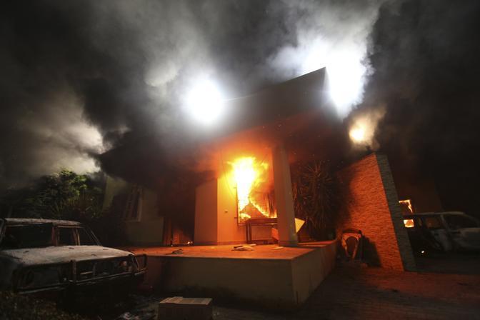 Le fiamme si sono estese rapidamente al Consolato stesso e l'ambasciatore Stevens, 52 anni,  sarebbe morto soffocato (Reuters/Al-Fetori)